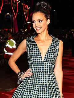 Jessica Alba flashes hotness at the red carpet