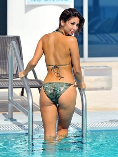 Photo gallery of Leilani Dowding hot and sexy posing in a swimsuit