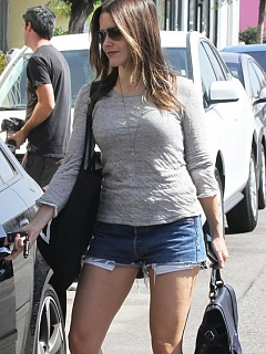 Nice steamy hot paparazzi pictures of sexy Sophia Bush in short shorts